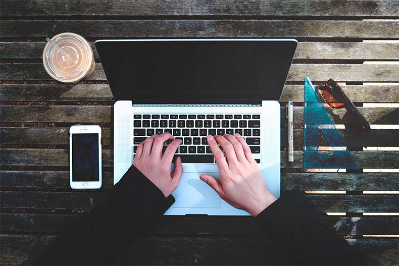 「副業でWebライティングはおすすめ?始めるための3つのステップ」のアイキャッチ画像