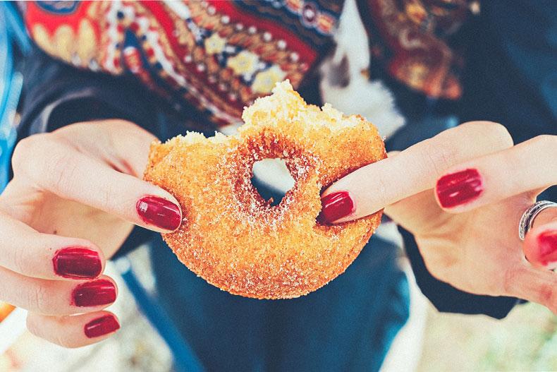 「留学に行くと太る!?その原因と対策方法を紹介」のアイキャッチ画像
