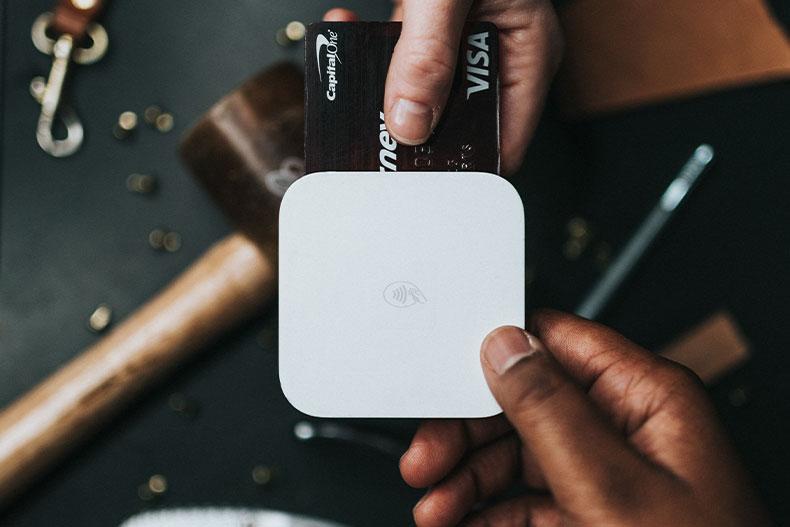 「海外で使うクレジットカードのサインは?あなたの疑問を解決!」のアイキャッチ画像