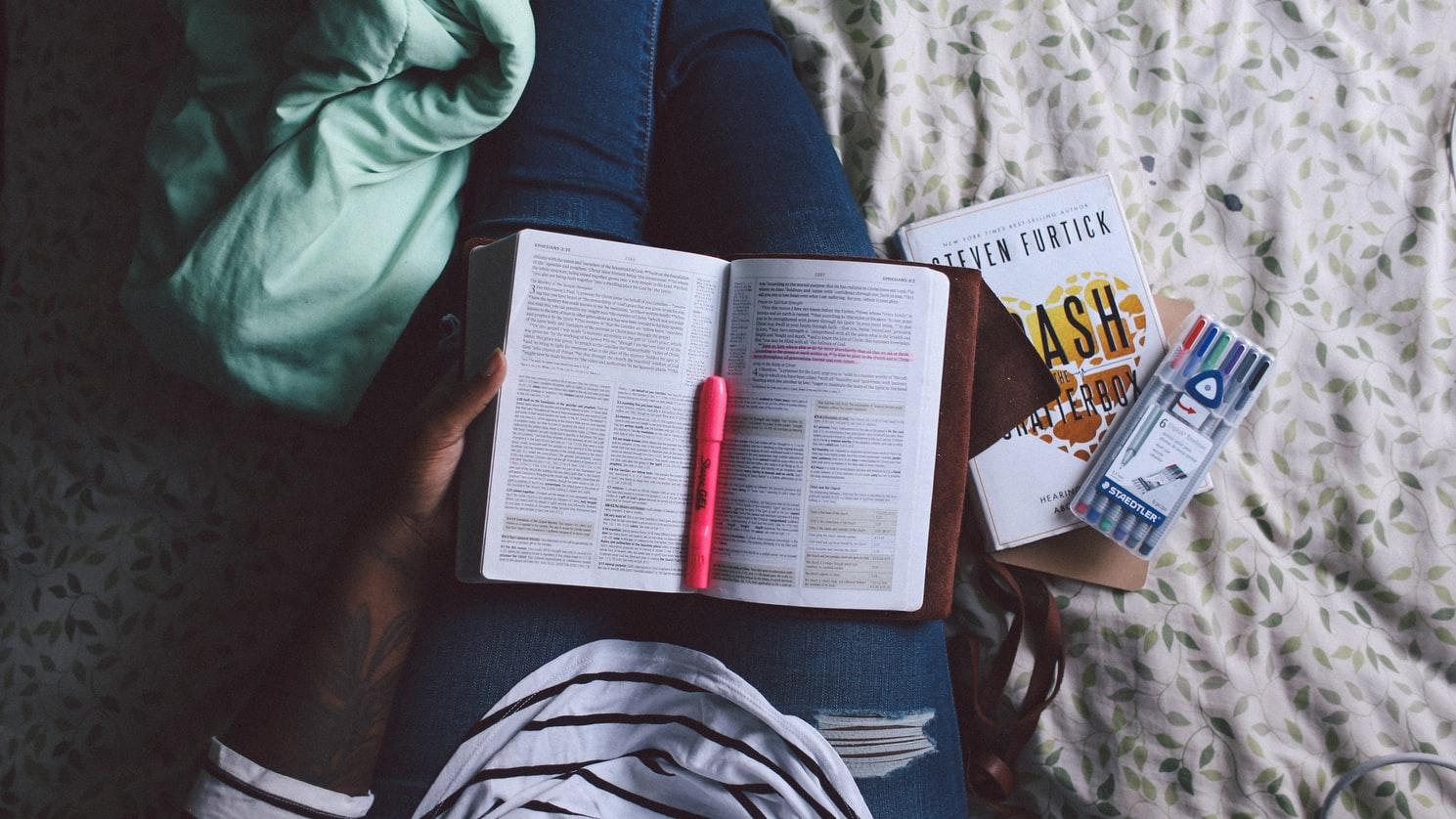 「諦めないで!独学での英語学習は可能!おすすめの勉強法を紹介」のアイキャッチ画像