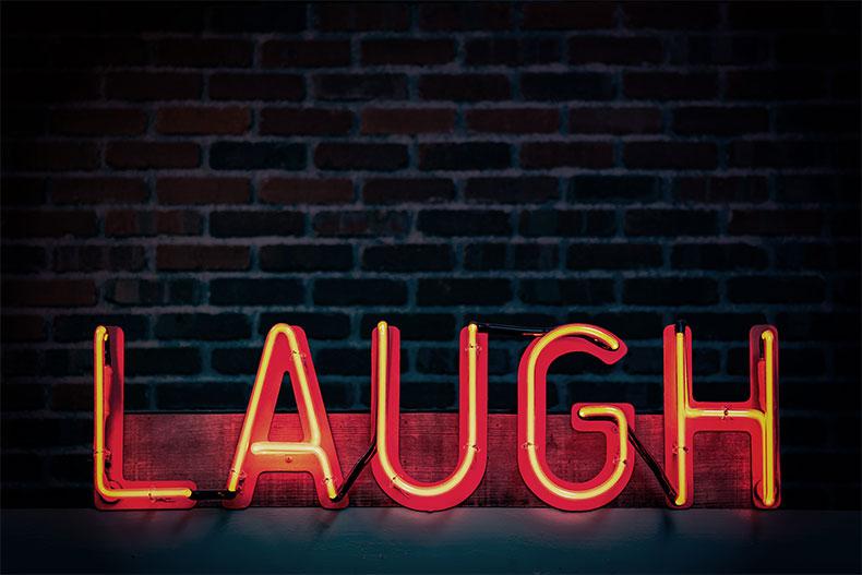 「ネトフリで見れる思いっきり笑えるコメディ15選!」のアイキャッチ画像